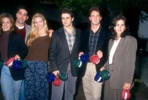 Jennifer Aniston, David Schwimmer, Lisa Kudrow, Matt LeBlanc, Matthew Perry and Courtney Cox of the television comedy, Friend's pose for a portrait circa 1995.